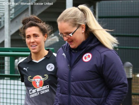 Fara Williams signs new Reading contract